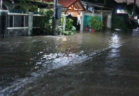 Banjir Rendam Kompleks Dosen IKIP Bekasi