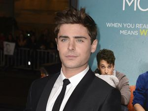 Zac Efron Eksis di Premiere That Awkward Moment