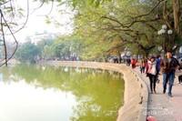 Pedestrian di tepi danau
