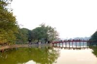 Suasana danau yang tenang