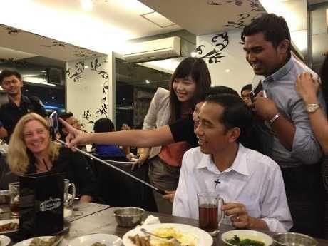 Pak Jokowi, Selfie Dulu Yuk Pakai Tongsis