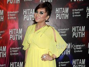 Lepas Hijab, Sefti Sanustika Makin <i>Ngejreng</i>