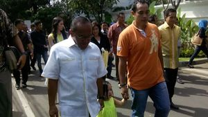 Ical dan Keluarga Jalan Kaki Bareng Buat Nyoblos di TPS di SDN Menteng