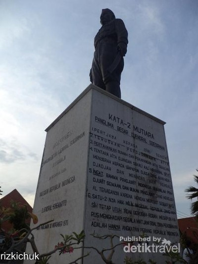 Mengagumi Monumen Panglima Besar Jenderal Soedirman di Surabaya