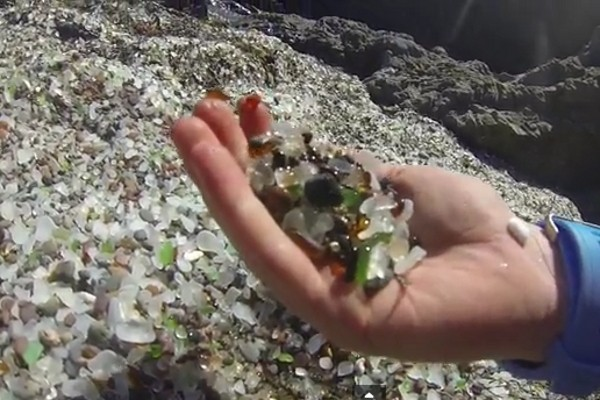 Inilah bebatuan kaca di Glass beach, California (Youtube)