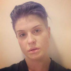 Foto Tanpa Make-up, Kelly Osbourne Pamer Rambut Mohawk