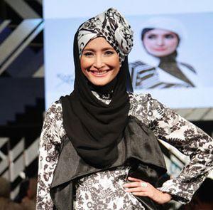 Singkirkan Celana Jeans, Inneke Koesherawati Belajar Pakai Hijab Syari