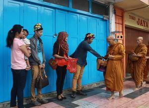 Jelang Waisak, Ratusan Biksu Gelar Ritual Minta Sedekah di Magelang