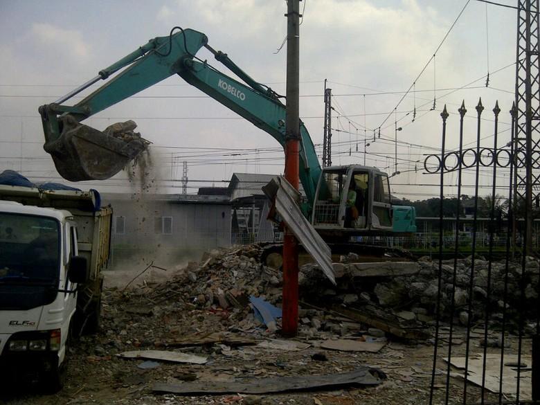 Perluas Akses Penumpang, PT KAI Bongkar Ratusan Kios PKL di Stasiun Bogor