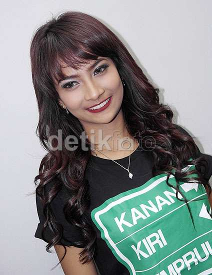 Senyum Manis Vanessa Angel