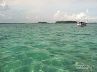 Perahu pengunjung yang akan snorkeling