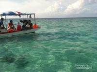 Pengunjung yang siap bermain dengan air laut dan melihat keindahannya