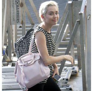 Cantiknya Miley Cyrus Tanpa Make-up Tebal Jelang Konser Terakhir di Amsterdam