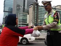 Takjil untuk Polisi Lalu Lintas