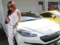 Baby Sexyola Pamer Mobil Sport Putihnya