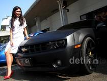 Pose Syahnaz di Mobil Sport Raffi Ahmad