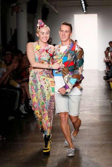 Miley Cyrus Nyentrik Warna-warni di New York Fashion Week
