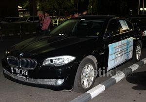 BMW Hitam Dipenuhi Stiker Keputusan Pengadilan