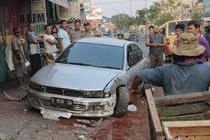 Pengemudi Ngantuk, Mitsubishi Galant Tabrak Pejalan Kaki dan Tiang di Depok