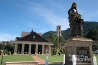 Tampak Patung Bunda Maria di halaman depan gereja