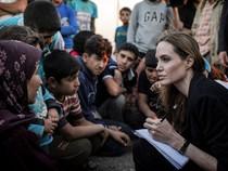 Foto-Foto Aksi Sosial Angelina Jolie (2)