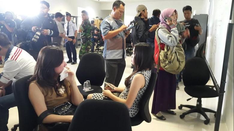 Duka Keluarga Penumpang AirAsia QZ8501 di Bandara Juanda