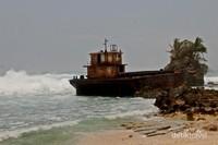 Perahu yang dibiarkan terbengkalai menjadi keunikan tersendiri