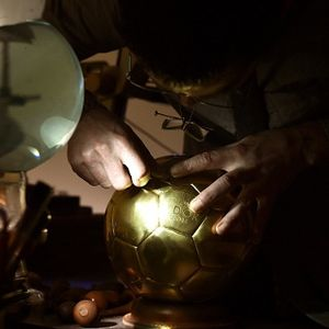 Bola Emas Karya Seni dari Paris