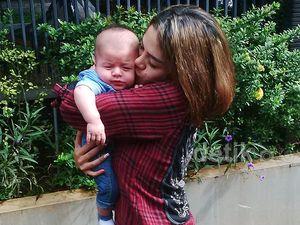 Akan Ditahan Lagi, Nikita Mirzani Puas-puasin Cium Anak