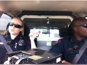 Aksi Konyol Polisi Nyanyi Lagu Pop di Mobil Patwal