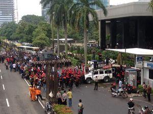 Massa Pro dan Kontra KPK Berhadap-hadapan Saling Orasi