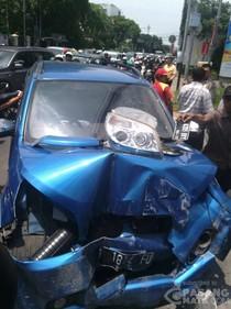 Tabrak Tiang di Jl Menteng Raya, Mobil Ini Ringsek