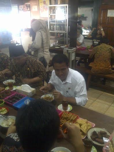 Blusukan ke Kota Kelahiran Jokowi, Mentan Sarapan di Pinggir Jalan