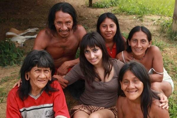 Hasil gambar untuk traveler cantik nikahi kepala suku di hutan amazon
