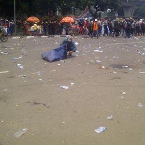 Demonstran Tinggalkan Kantor Menteri Susi, Sampah Bertebaran