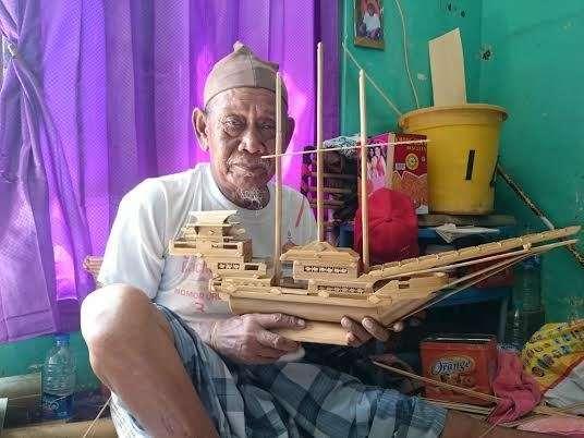 Kisah Kakek Sukardi Berjualan Miniatur Kapal Pinisi di Tengah Keterbatasan Fisik