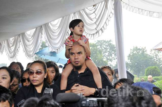 Dhani Gendong Shafeea di Pemakaman Frans Tumbuan