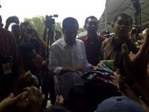 Diberi Kaos oleh Jokowi, Warga Bantul Berebut Salaman