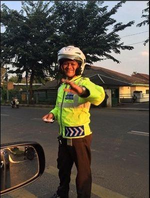 Ini Polisi yang Menghukum Pemotor Lawan Arus untuk Push Up