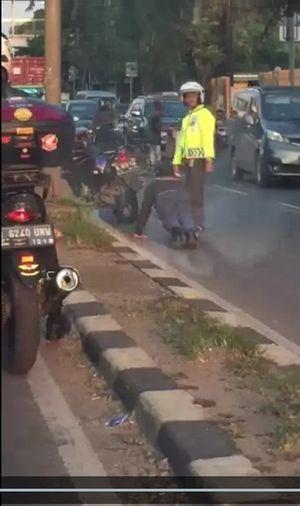 Lawan Arus di Cakung, Pemotor ini Dihukum Push Up Polisi
