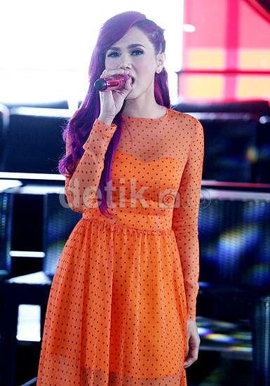 Ngejreng! Rambut Ungu dan Dress Oranye Mulan Jameela