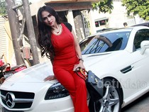 Berbaju Ketat, Bebizie Berpose di Mercedes-Benz Kesayangannya