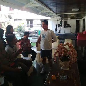 Gaya Santai Menteri Yuddy, Berpakaian Olahraga Menenteng Bola Basket