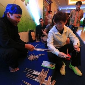 Mengajak Pemain Seolah Bersantai di Taman Kota dalam <i>Welcome Dinner</i>