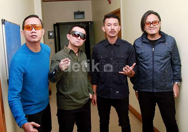 Rio Dewanto Jadi Anak Band