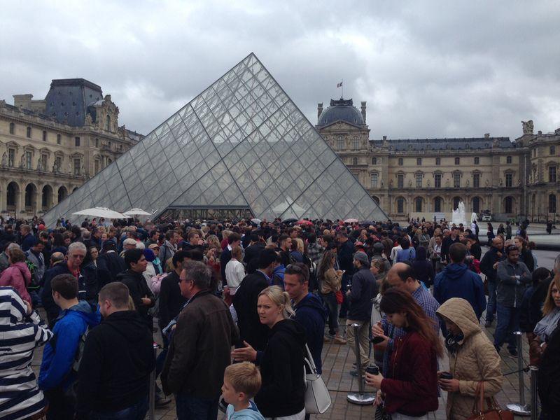Musee de Louvre dikunjungi lebih dari 8 juta wisatawan tiap tahunnya, hampir setara kunjungan wisman ke Indonesia dalam 1 tahun. Inilah museum yang paling banyak dikunjungi di dunia (Wahyu Daniel/detikTravel)