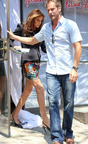 Foto: Caitlyn Jenner Ditemani Bodyguard Tampan Untuk Jalan-jalan