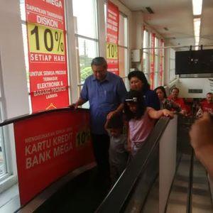 SBY dan Ibu Ani Kejutkan Pengunjung Carrefour