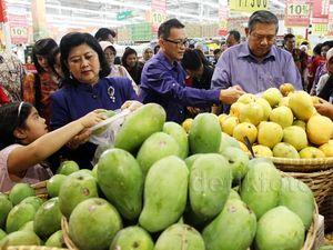 SBY dan Ibu Ani Belanja di Carrefour