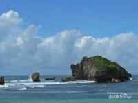 Karang yang menjadi ikon daei Pantai Ngandong